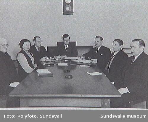 Möte  i Fattigvårdsstyrelsen, Krets; VI; fr.v. J. Sjödin, E. Lundström, G. F. Svensson, ordförande Bertil Jonsson, E. Tillberg, H. A. Jonsson, I. Selahn.