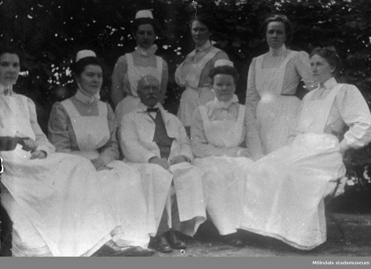 Personal utanför Mölndals sjukstuga på Forsåkersgatan 19 år 1909.  Övre raden fr.v. Maria Bengtsson, Hedvig Lundin och Ingeborg Horss.  Främre raden fr.v. Alma Johansson, Elin Hedberg, Dr Knut Belfrage, Julia Karlsson och Ebba Svedberg.