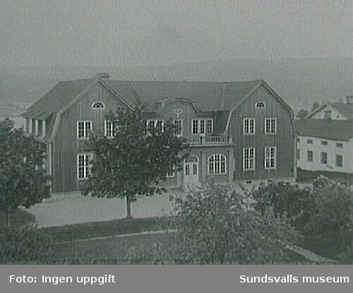 Ålsta folkhögskola. Huvudbyggnaden som syns på bilden brann 1934 och återuppbyggdes igen.