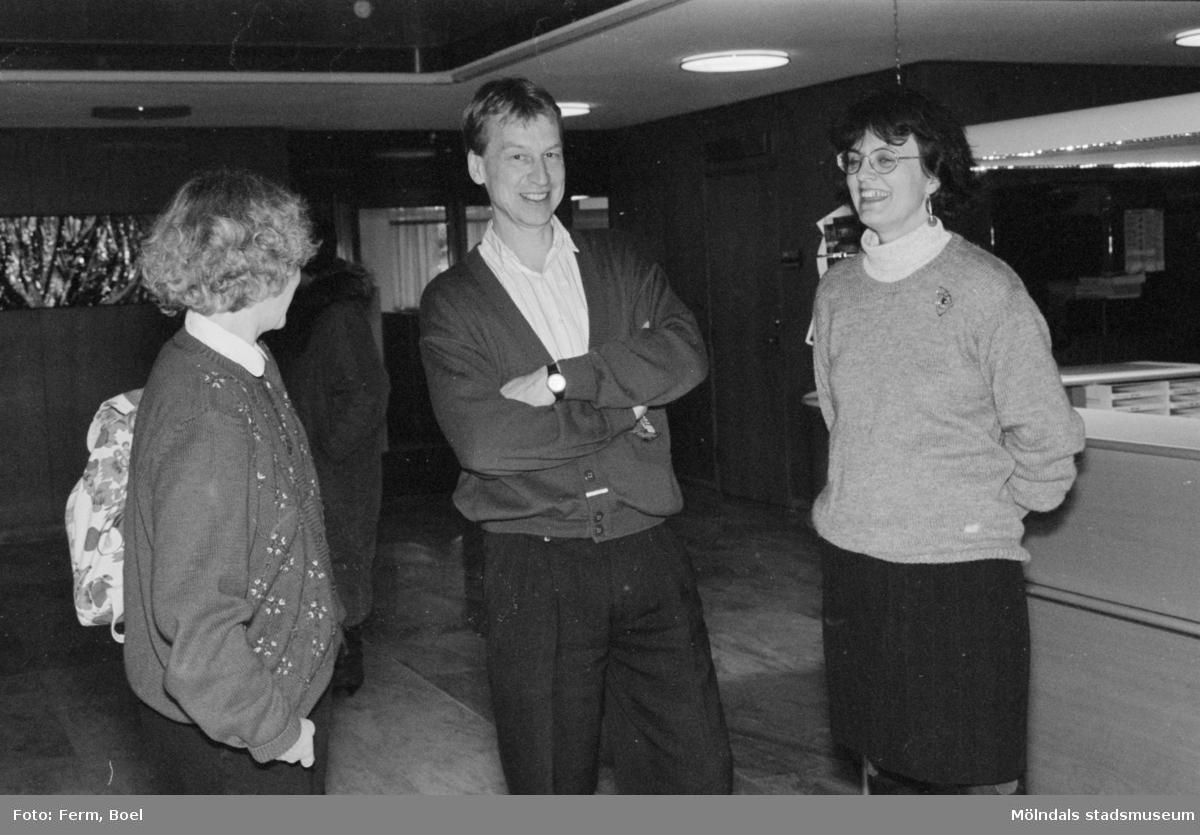 Prisutdelning i Mölndals stadshus vid tävling om Mölndals souvenirer i februari 1992. Längst till höger står konstintendent Bodil Magnusson.