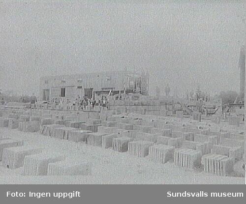 Grosshandlare Olof Åström fr Sättna anlade en betongfabrik i närheten av denna gård. I förgrunden murstenar i betong.