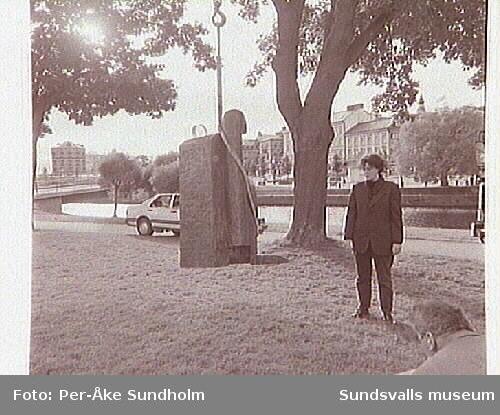 Dokumentation:Placering av Sigurdur Gudmudssons skulptur Atthagarót, Norrmalm.Helena Person,Lennart Nyberg, Ivar Vesterlund, Björn Bergman, Göte Hansson.