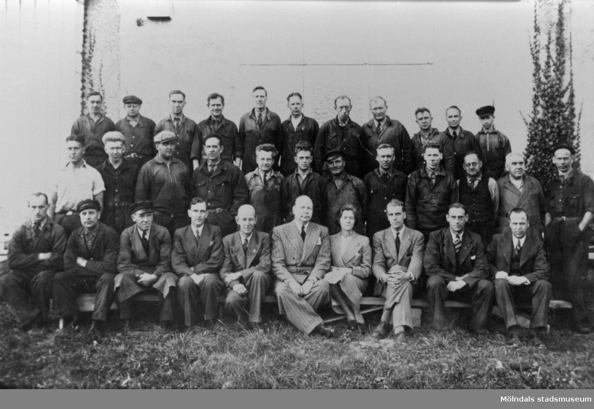 A.B. Pumpindustri arbetare uppställda för foto, 1950-talet. Helmer Garthman står i mitten av bilden.
