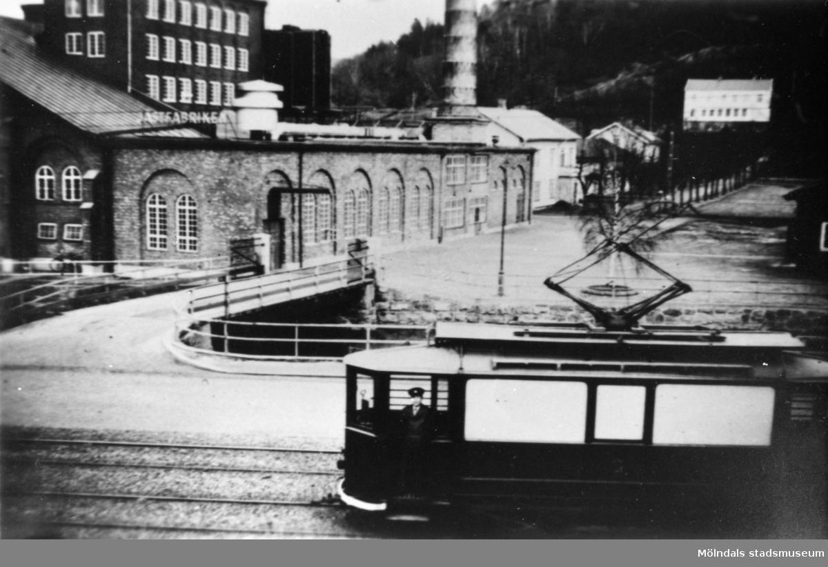1930-tals spårvagn från Mölndal. Man ser Hejderiddans bro och i bakgrunden disponentvillan som troligtvis kallades för Presenten. Jästfabriken hade en jätteskorsten som man såg miltals ifrån.