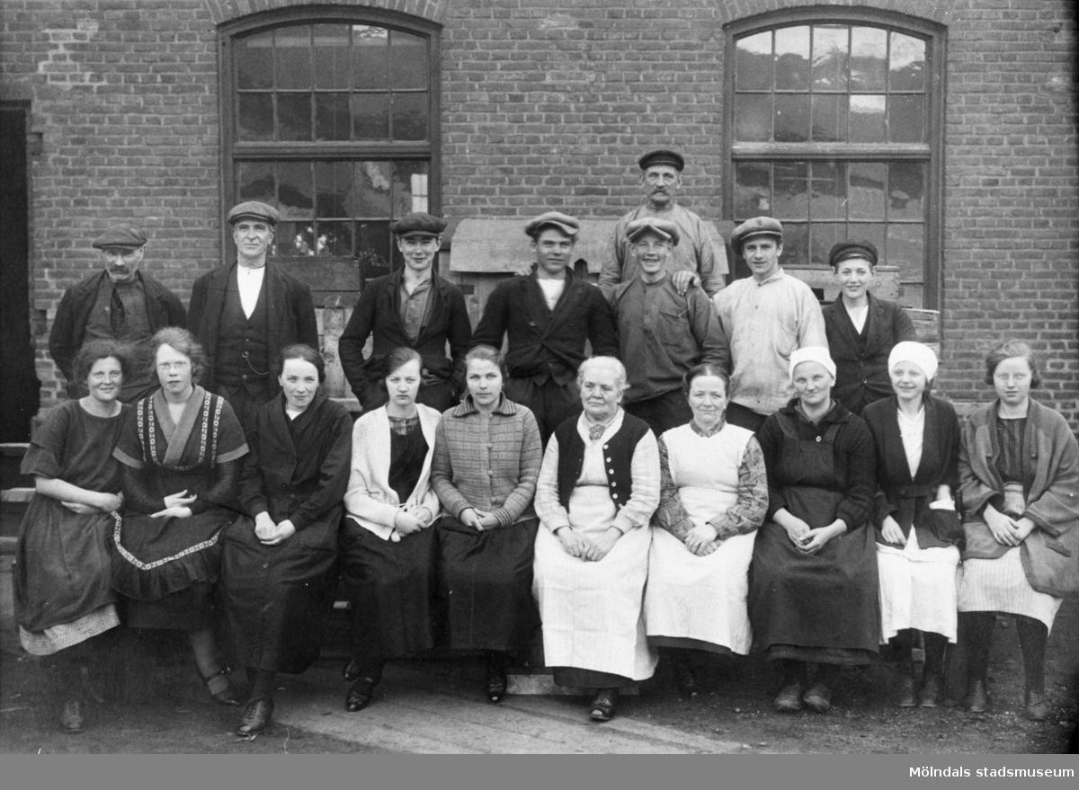 Väveriarbetare utanför Krokslätts fabriker, 1920-tal. Första raden: flickorna till vänster jobbade i solven, flickorna i mitten jobbade i läggrummet. Andra raden, tredje från vänster står bröderna Arnold och Gillbert Rosell, Knut Larsson, Conrad Dahl och Bergström. Längst bak står Håkansson på lagret.