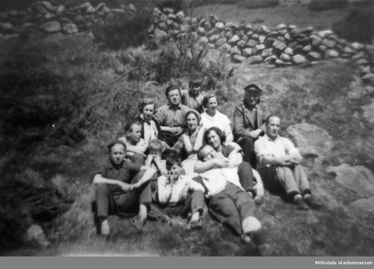 APIs (AB Pumpindustri, Krokslätt) personal med familjer är på utflykt. Mannen högst upp till vänster är Helmer Garthman, strax nedanför  sitter hustrun Astrid. Övriga är Charlie och Elsa Jinnerstedt, resten är okända för givaren. 1950-tal.