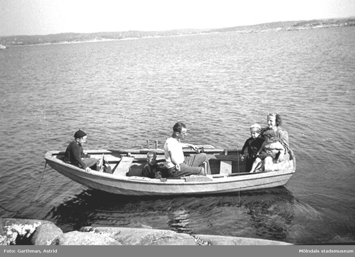 Familjerna Garthman och Andersson åker omkring i Helmer Garthmans eka. Från vänster: Leif och Alf Garthman, Egron, Lars, Jan och Gurli Andersson. Näset, 1955.