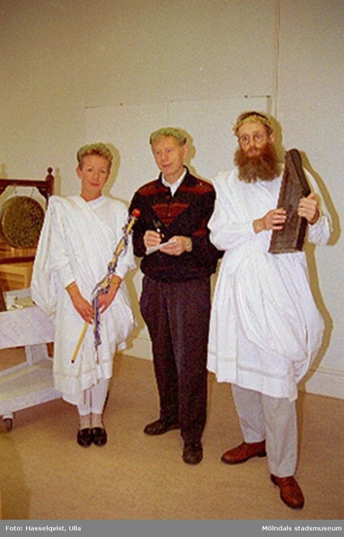 Avtackning av intendent Sten Svensson på Mölndals museum 1994. Personerna klädda i lagerkrans och toga är Pia Persson och Lars Gahrn.