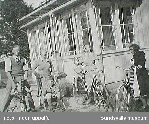 Sällskap på cykel utanför fastigheten Furunäs.