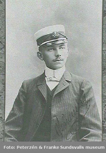 Visitkortsporträtt av O. Göransson i uniformsmössa försedd med Sundsvalls stadsvapen.