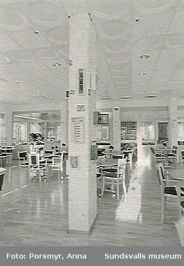 Utsmyckning av Tomtegränds servicehus: Lena Anderssons - keramiska plattor som fronter på serveringsdisk, öppen spis klädd med keramiska plattor. A Wohléns - gardiner, pelare.