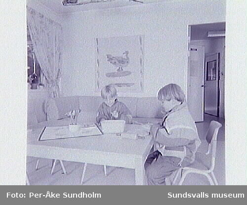 """Textiltryck bl a """"Gryningsblomma"""" av Anita Ullerstam på Grevebäckens förskola."""