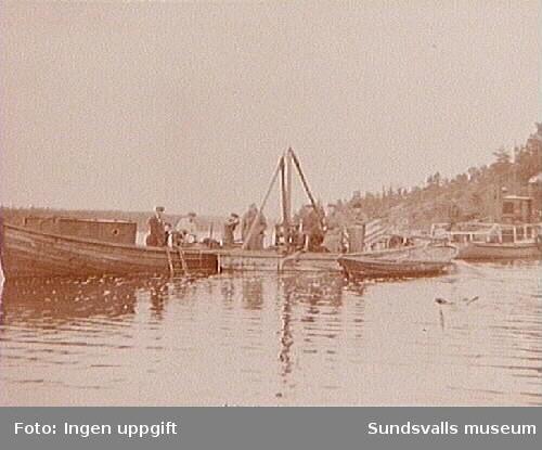 """Bärgning av sandskutan """"Kalle"""" i Ollerviken, Juniskär. T.v. Robert Sellings båt """"Tärnan""""."""