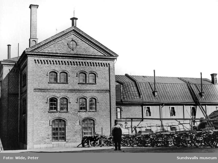Sundsvalls bryggeri från gården 1898. Kronobryggeriet till höger. Åkroken.