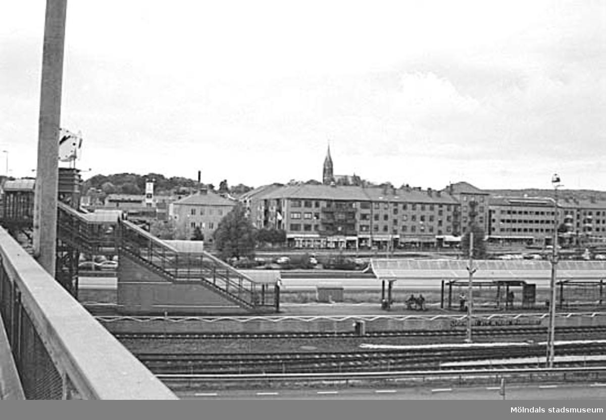 Mölndalsbro i dag - ett skolpedagogiskt dokumentationsprojekt på Mölndals museum under oktober 1996. 1996_0913-0930 gjorda av högstadieelever från Kvarnbyskolan 9A, grupp 1. Se även gruppbilder på klasserna 1996_1382-1405 och bilder från den färdiga utställningen 1996_1358-1381.