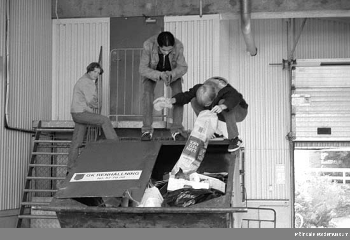 Mölndalsbro i dag - ett skolpedagogiskt dokumentationsprojekt på Mölndals museum under oktober 1996. 1996_ 0931-0940 är gjorda av högstadieelever från Kvarnbyskolan 9A, grupp 2. Se även gruppbilder på klasserna 1996_1382-1405 och bilder från den färdiga utställningen 1996_1358-1381.
