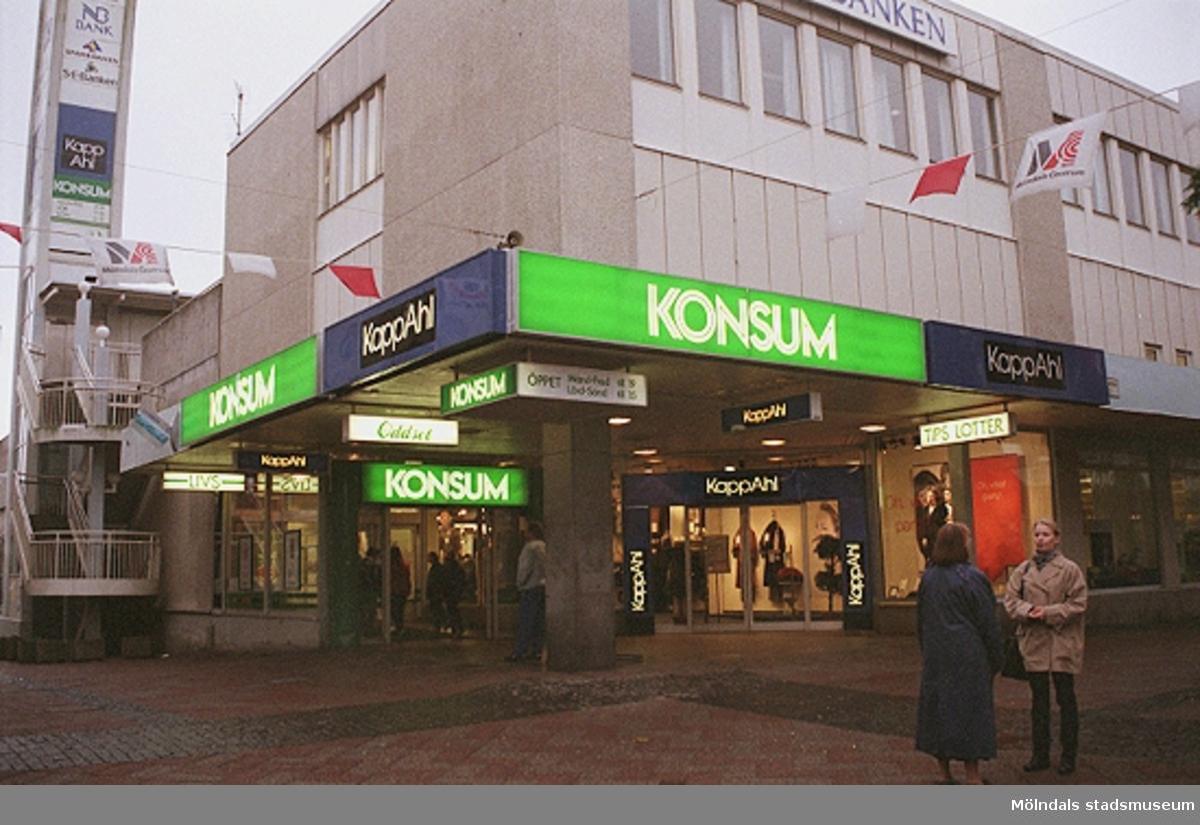Konsum på Brogatan. Mölndalsbro i dag - ett skolpedagogiskt dokumentationsprojekt på Mölndals museum under oktober 1996. 1996_1173-1187 är gjorda av högstadieelever från Kvarnbyskolan 9D, grupp 3. Se även 1996_0913-0940.
