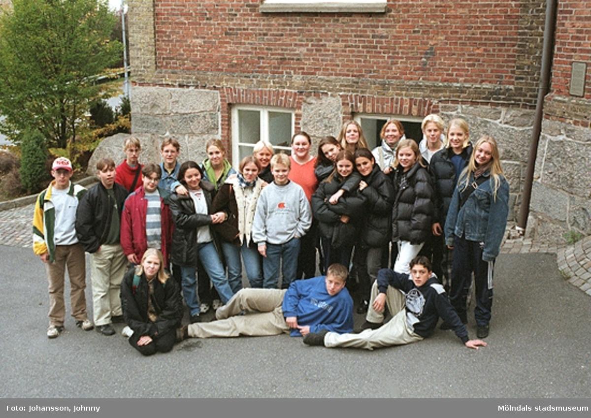 """1996_1387-1395 är gruppbilder av högstadieelever från Kvarnbyskolan 9A. Eleverna deltog i det skolpedagogiska dokumentationsprojektet """"Mölndalsbro i dag"""" på Mölndals museum under oktober 1996. Gruppbilder av samtliga deltagande klasser: 1996_1382-1405 och samtliga bilder från den färdiga utställningen 1996_1358-1381."""