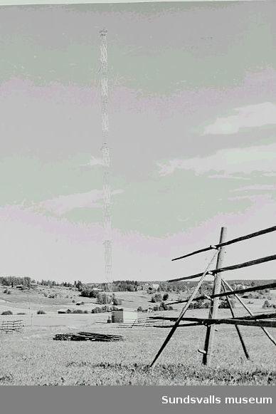 Den provisoriska fackverksmasten med ett antennhus vid mastfoten, vid rundradiostationen i Ljustadalen,