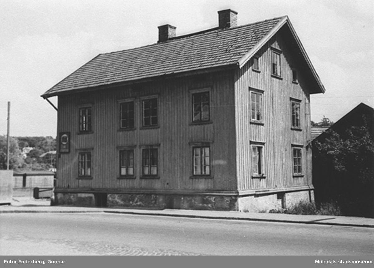 Kungsbackavägen 13, som revs 1962. I detta hus fanns Bröderna Karlssons rörledningsfirma och tidigare A. Niklasson charkuteri.