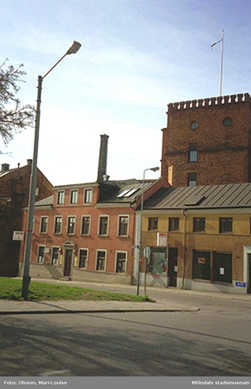 Strömområdet i Norrköping, 1995-05-03.Miljödetaljer; belysning, gatubeläggning, staket mm.