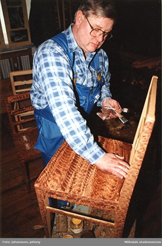 Alf Garthman visar drickamålning av Ballebomöbler.
