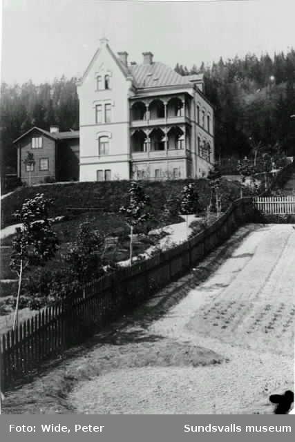"""Bostadshus """"Floras tempel"""" på Ludvigsbergsvägen 9 i stadsbacken. Till huset hörde även en imponerande trädgård som liknade en parkanläggning. Byggnaderna finns ännu kvar (2017)."""