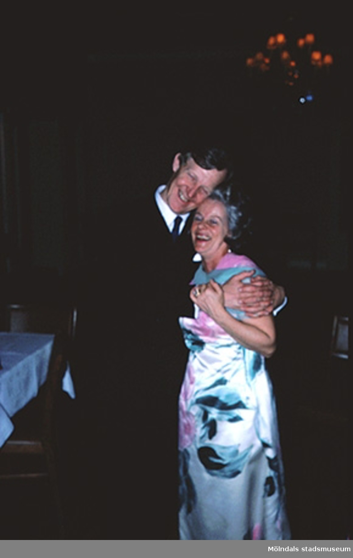 Margit Wannerberg (till höger) och Rolf Lindahl firar hennes silverbröllop den 9 april 1977.