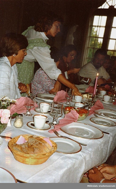 Uppdukat bord, serveringspersonal och gäster vid en fest på Gunnebo slott, augusti -90.