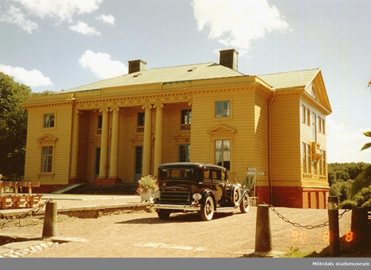 En svart bil från 1920-talet står parkerad framför Gunnebo slott, augusti1990.