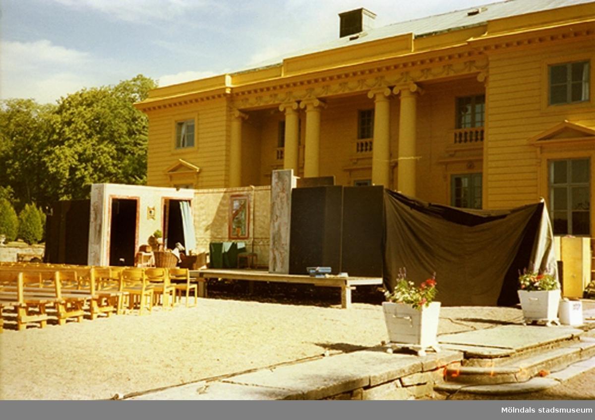 Scenen står färdigbyggd för att användas inför teaterföreställning.