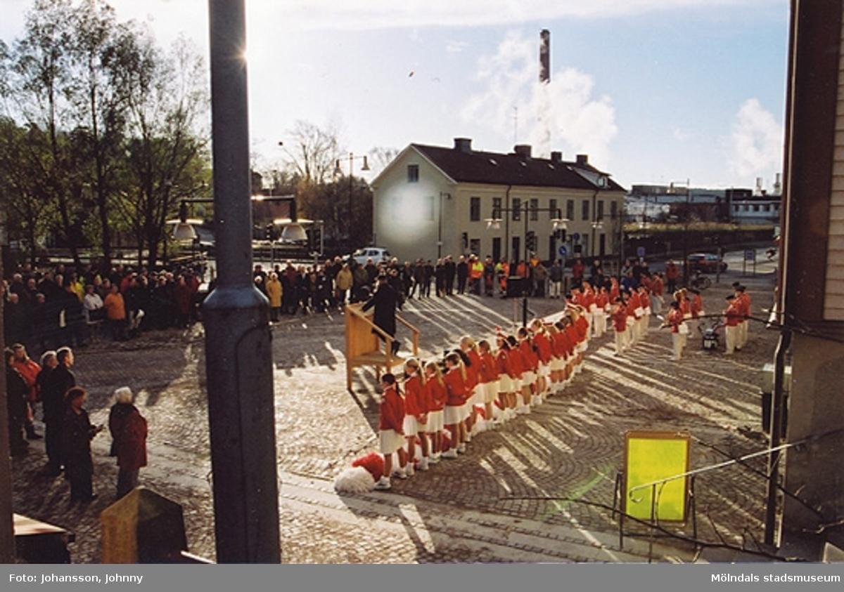 Gamla torget i Mölndal den 22:a november 2001. Lars Gahrn håller föredrag och kammarorkestern underhåller.Invigning efter omläggning och stenläggning av torget. I bakgrunden ses Byggnad 213 på andra sidan gatan.