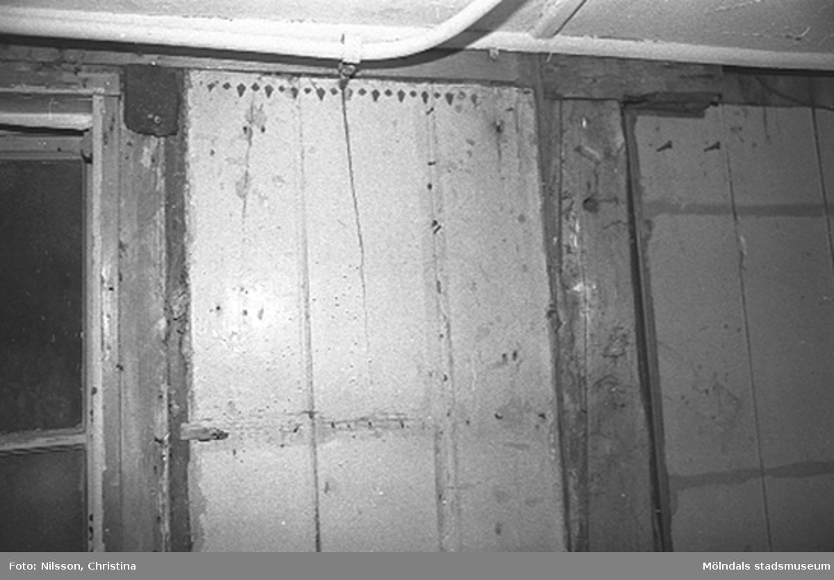 Interiör i fabriksbyggnad. Byggnadsdetaljer: Halvt fönster och ledning i taket m.m.