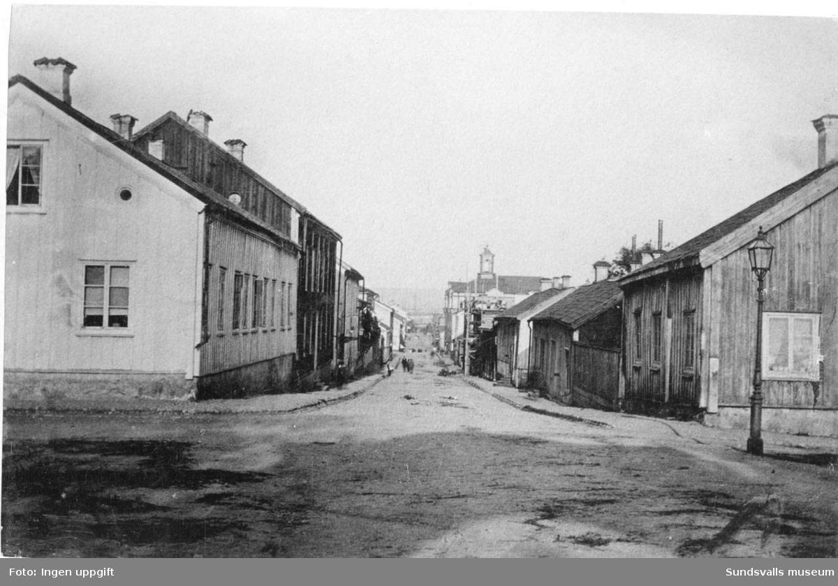 Parti av Kyrkogatan, taget från kyrkan. Stadshuset med klocktorn till höger i bild.