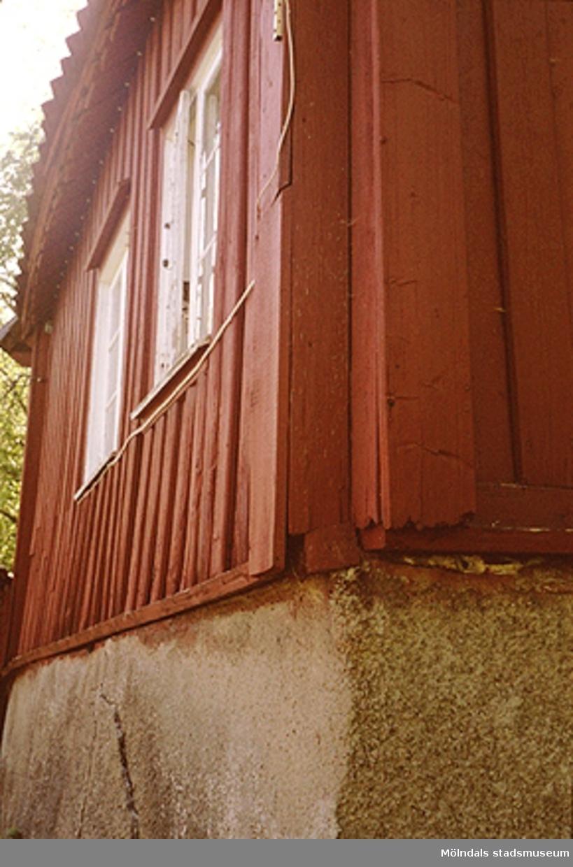 """Området söder om Fässbergs kyrkogård, alldeles intill """"Fässberget"""". Den röda  stugan """"Kaffekvarnen"""" från 1700-talet har en källare med stenvalv och har ev. förvarat kyrkböcker. Huset behandlades av Länsantikvarien 1995."""
