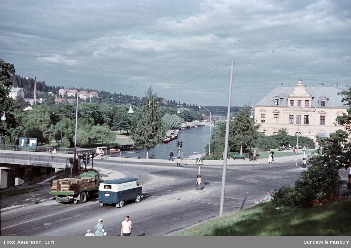 Korsningen Storgatan - Skolhusallén från kyrkan. Storbron till vänster och kv Lyckan till höger.