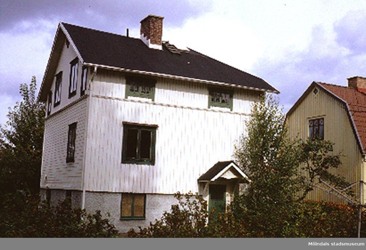 Bostadshus.Barnhemsgatan 17, Nejonögat 12, Broslätt 1990. Det finns en torkvinda i trädgården.