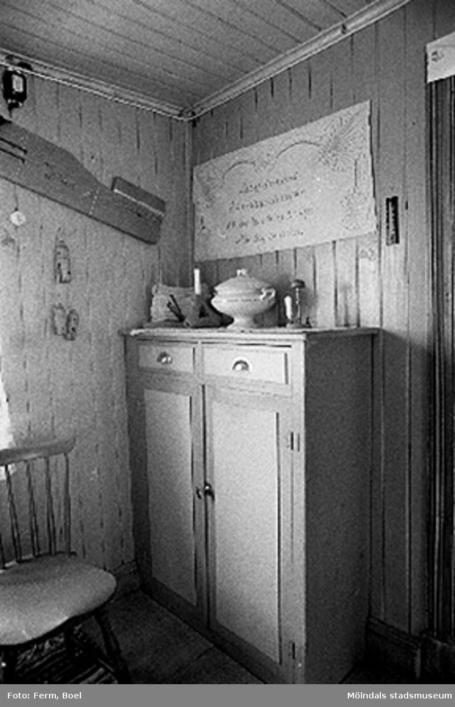 En bonad hängande över ett skåp i köket.Hembygdsgården/Börjesgården i Hällesåker, Lindome 1992-06-29.
