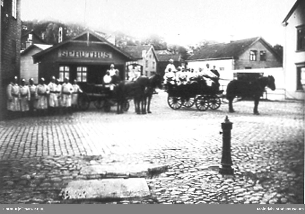 Brandkåren på Gamla torget.Spruthuset låg på torgets södra sida, alldeles intill Forsebron. Till höger om spruthuset syns byns anslagstavla.
