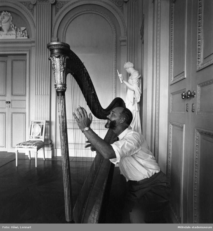 Reportage från Papyrus pressvisning i Mölndal, 29/8 1955. En man spelar harpa på Gunnebo slott.