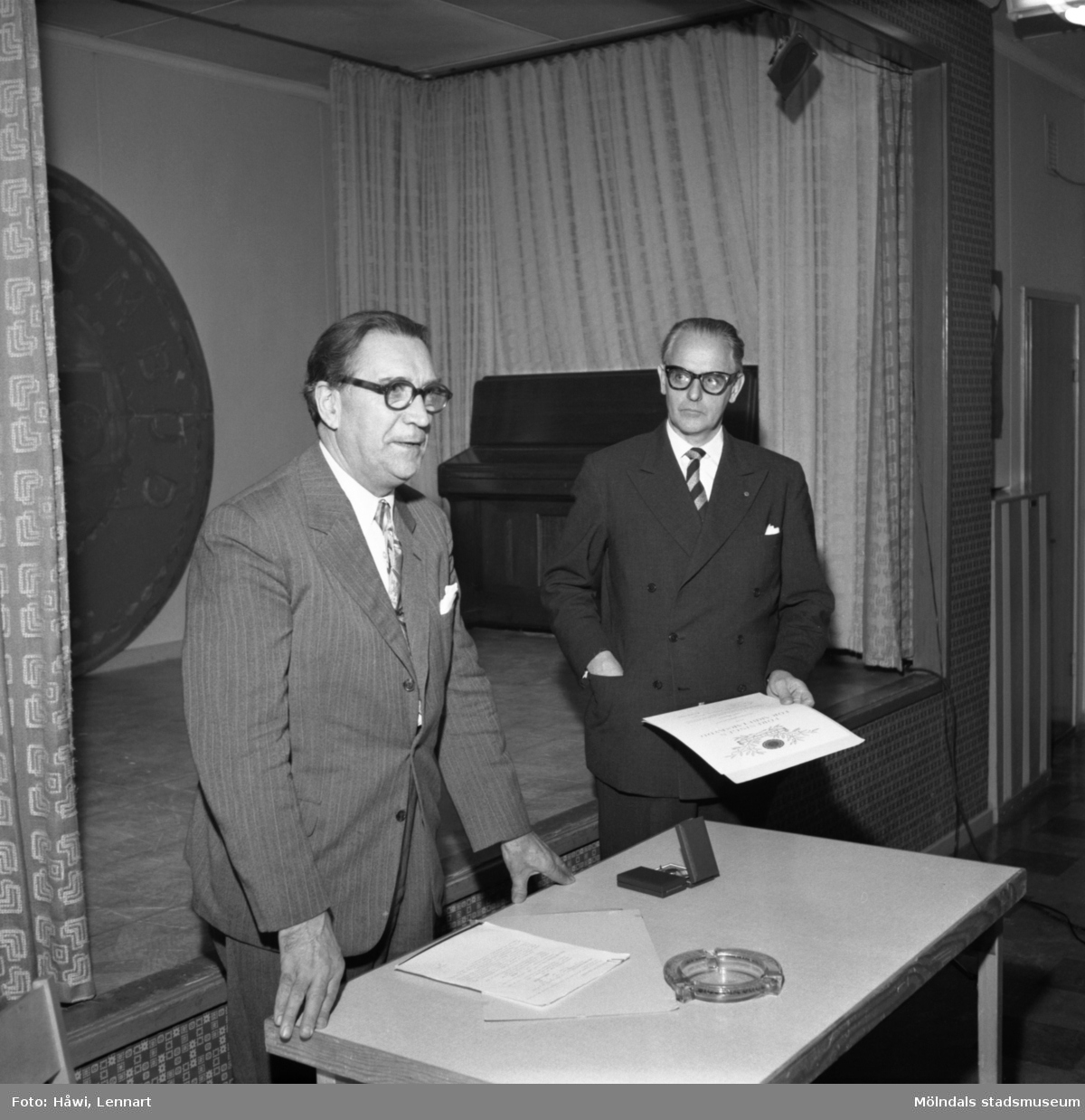 Papyrus i Mölndal, 13/11 1957. Föreningen för arbetarskydds guldmedalj utdelas till Nils Nilsson och Carl Nygren.