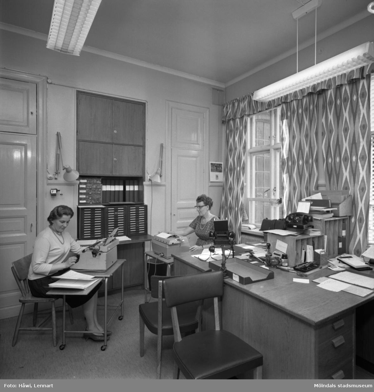 Interiörbild från Papyrus i Mölndal, 25/5 1964. Två kvinnor arbetar i ett kontor.