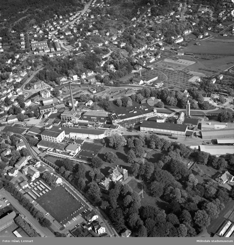 Flygfoto över Papyrus fabriksområde i Mölndal, 9/6 1969. Ovanför fabriksbyggnaderna syns Yngeredsfors fruktodlingar.