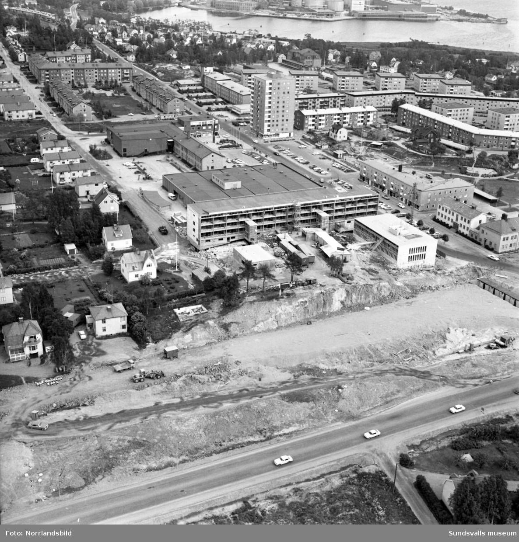 Flygfoton över centrala Skönsberg. Motorvägsbygget (E4) är igång och det byggs bostads- och affärshus vid Kattberget.