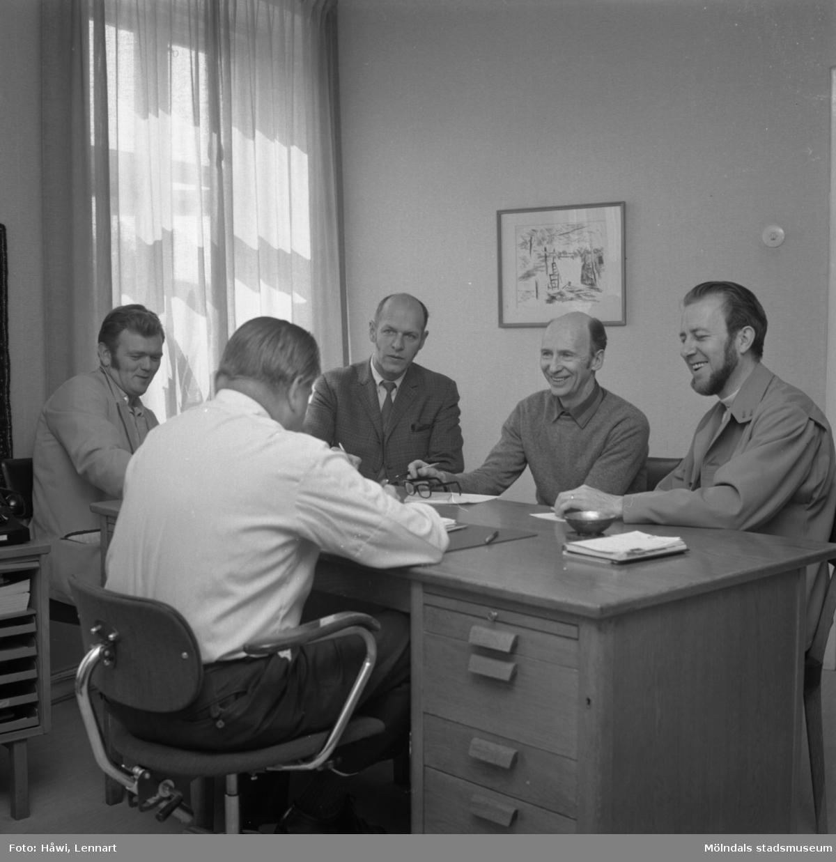 Fem män i sammanträde på Papyrus i Mölndal, 8/5 1972.
