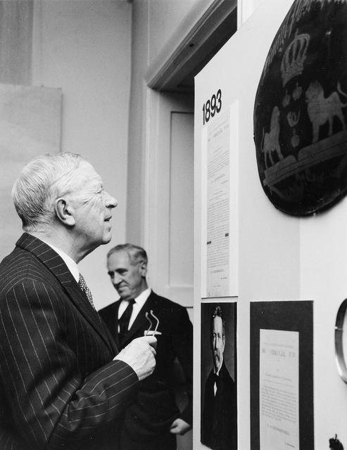 Jubileumshedersgäst var dåvarande kung Gustaf VI Adolf. Här är kungen på rundvandring i utställningen. I bakgrunden syns direktör Einar Lundström, Frimärkshuset, Stockholm.