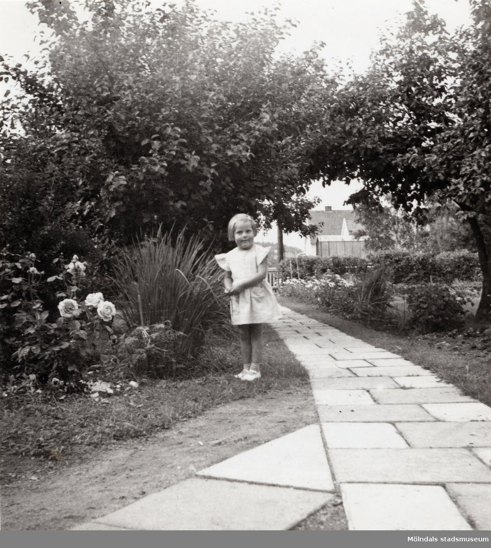 Solhemsgatan 10 år 1952. Åke Börjessons syskonbarn Annika Bjerrhede. I bakgrunden Solhemsgatan.