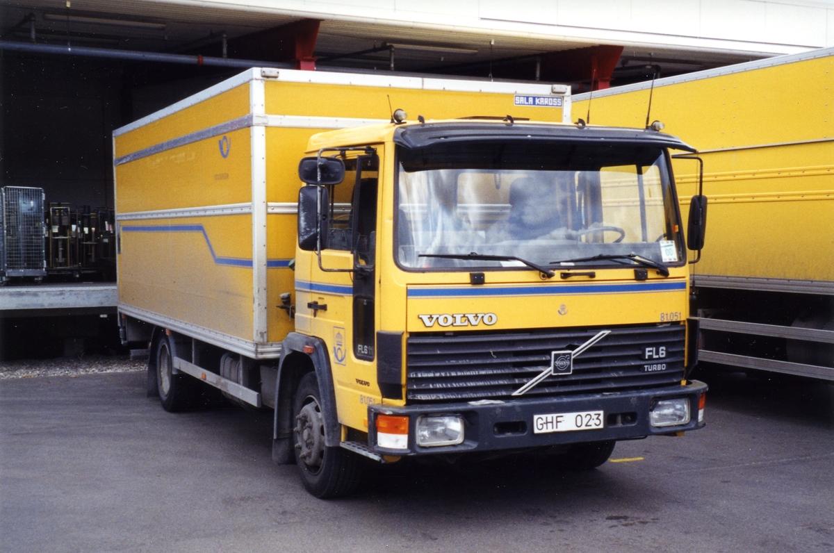 81.051 Volvo FL611 -90 Fast skåp Har bytt skåp med 80.618, för att öka kapaciteten på denna vagn som överlever miljözonen i innerstaden längre. Luftfjädrad bakaxel utjämnar nivåskillnader vid diverse lastplatser.