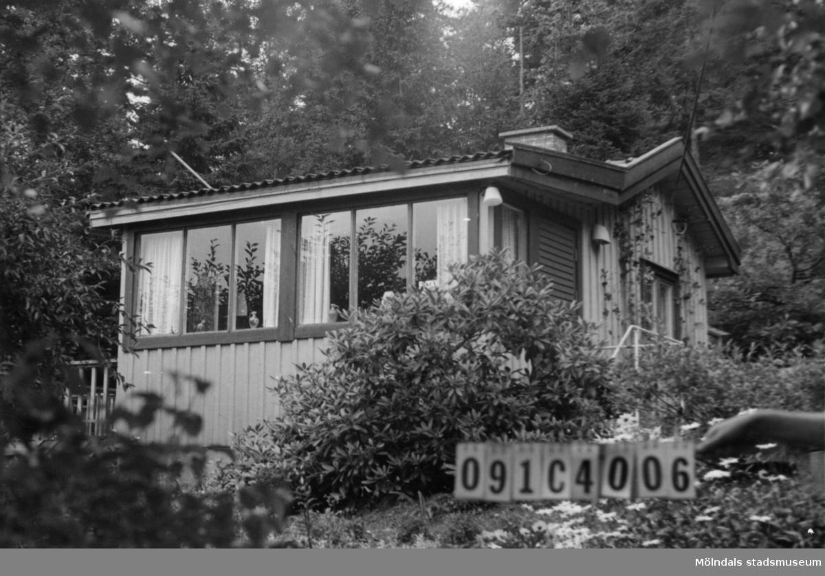 Byggnadsinventering i Lindome 1968. Skår 1:18. Hus nr: 091C4006. Benämning: fritidshus och redskapsbod. Kvalitet: god. Material: trä. Tillfartsväg: framkomlig. Renhållning: soptömning.