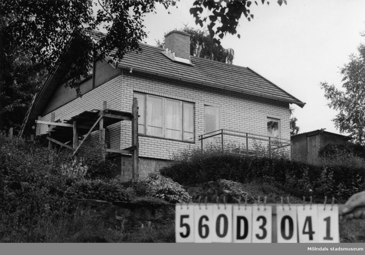 Byggnadsinventering i Lindome 1968. Fagered 2:24. Hus nr: 560D3041. Benämning: permanent bostad och två redskapsbodar. Kvalitet, bostadshus: mycket god. Kvalitet, redskapsbodar: mindre god. Material, bostadshus: sten, kalksand. Material, redskapsbodar: trä. Tillfartsväg: framkomlig. Renhållning: soptömning.